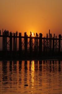 Myanmar Amarapura Sonnenunterging hinter der U-Bein Brücke