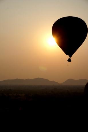 Myanmar Bagan Heißluftballon vor Sonnenaufgang