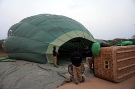 Myanmar Bagan Heißluftballon wird aufgeblasen