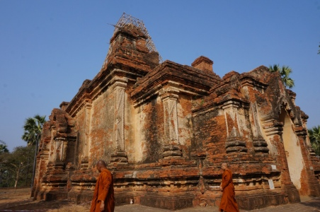 Myanmar Bagan Mönche vor Pagode