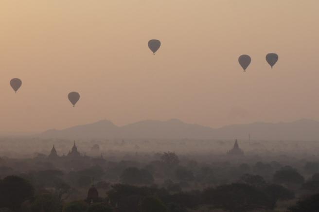 Myanmar Bagan Sonnenaufgang auf der Shewsandaw Pagode Heißluftballons über Dunst