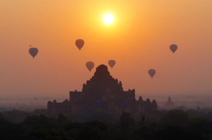 Myanmar Bagan Sonnenaufgang auf der Shewsandaw Pagode Heißluftballons