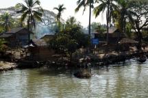 Myanmar Fähre von Sittwe nach Mrauk U vorbei an Dörfern
