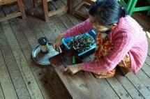 Myanmar Inle See Stofferzeugung aus Lotus Herstellung