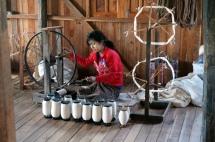 Myanmar Inle See Stofferzeugung aus Seerosen Verarbeitung