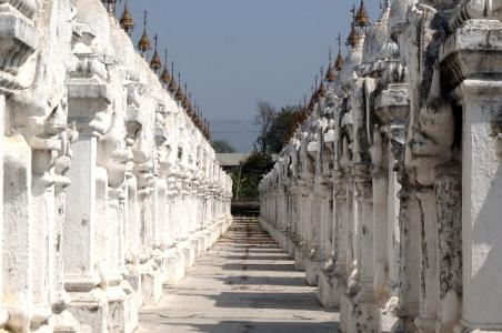 Myanmar Mandalay das größte Buch
