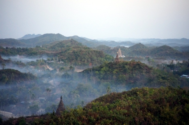 Myanmar Mrauk U Blick von der Shwetaung Pagode am Morgen Dunst