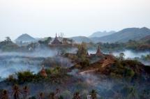 Myanmar Mrauk U Dunst zwischen den Pagoden