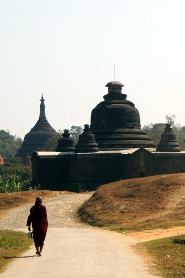Myanmar Mrauk U Mönch vor Pagode
