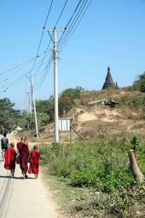 Myanmar Mrauk U Mönche vor Pagode