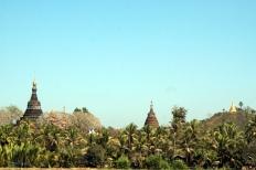Myanmar Mrauk U Pagoden zwischen den Bäumen