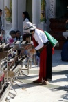 Myanmar Shwedagon Pagode Frau zündet Räucherstäbe an