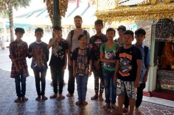 Myanmar Shwedagon Pagode Robert mit Kindern